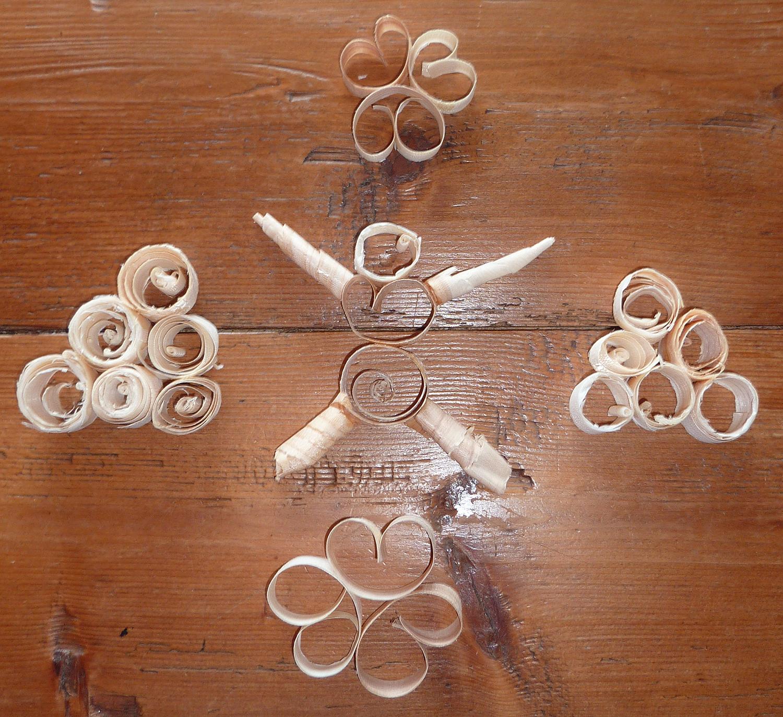 Decoration de noel decoration avec des copeaux de bois , flocon de ...