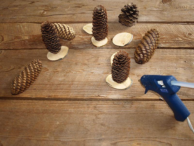 Petit chemin de table avec des pommes de pin et des - Decoration de pomme de pin ...
