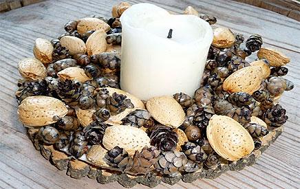 couronne avec des pommes de pin et des amandes entieres. Black Bedroom Furniture Sets. Home Design Ideas