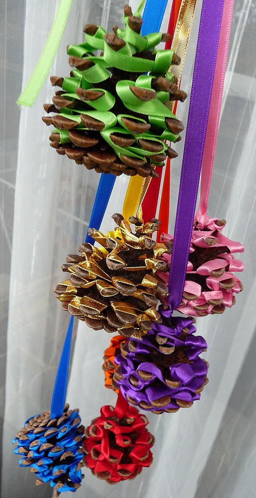 Pommes de pin et rubans de noel jolies suspension de noel gastronomie rece - Pommes de pins decoration ...