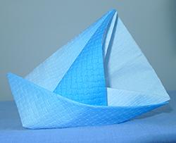 pliage de serviette de table en forme de bateau de voilier r aliser un voilier avec une. Black Bedroom Furniture Sets. Home Design Ideas