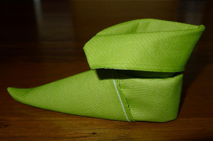 pliage de serviette de table en forme de chausson de lutin de no l plier une serviette de table. Black Bedroom Furniture Sets. Home Design Ideas