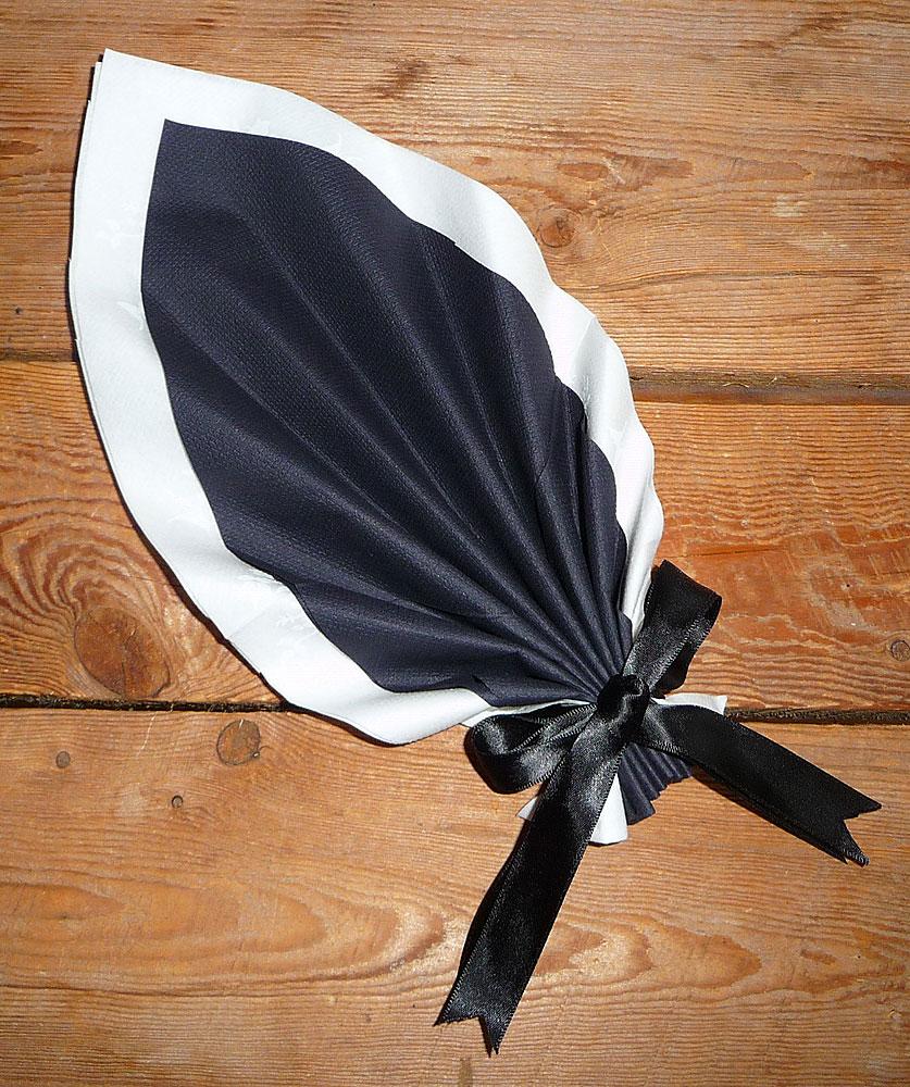 Pliage de serviette de table en forme de feuille de - Plier des serviettes ...