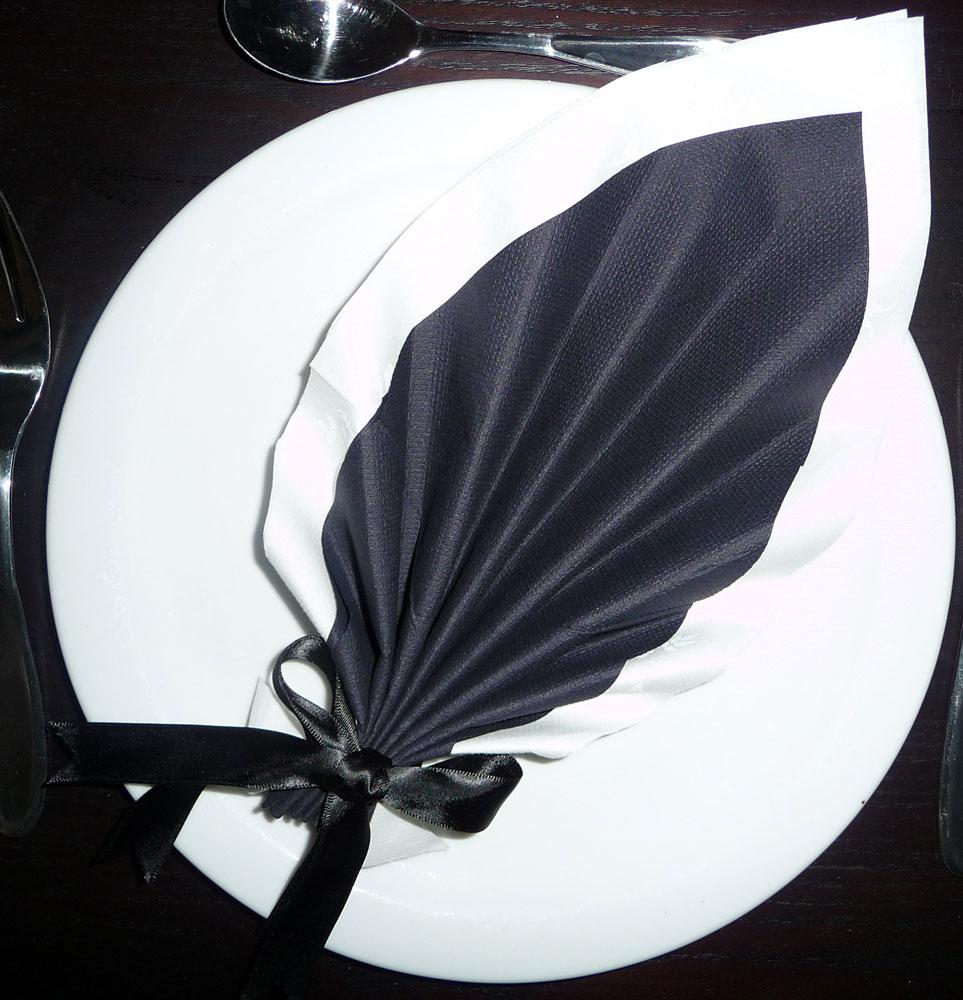 pliage de serviette de table en forme de feuille de palmier plier une serviette en papier. Black Bedroom Furniture Sets. Home Design Ideas