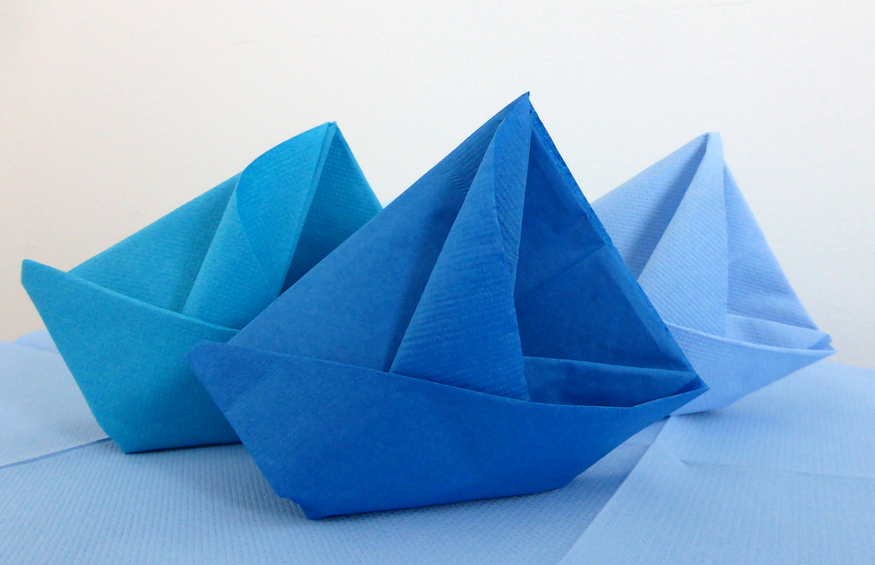 Pliage de serviette en papier bateau - Pliage des serviettes de table en papier ...