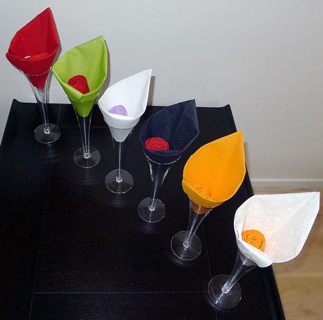 pliage de serviette de table en forme de fleur en forme d. Black Bedroom Furniture Sets. Home Design Ideas