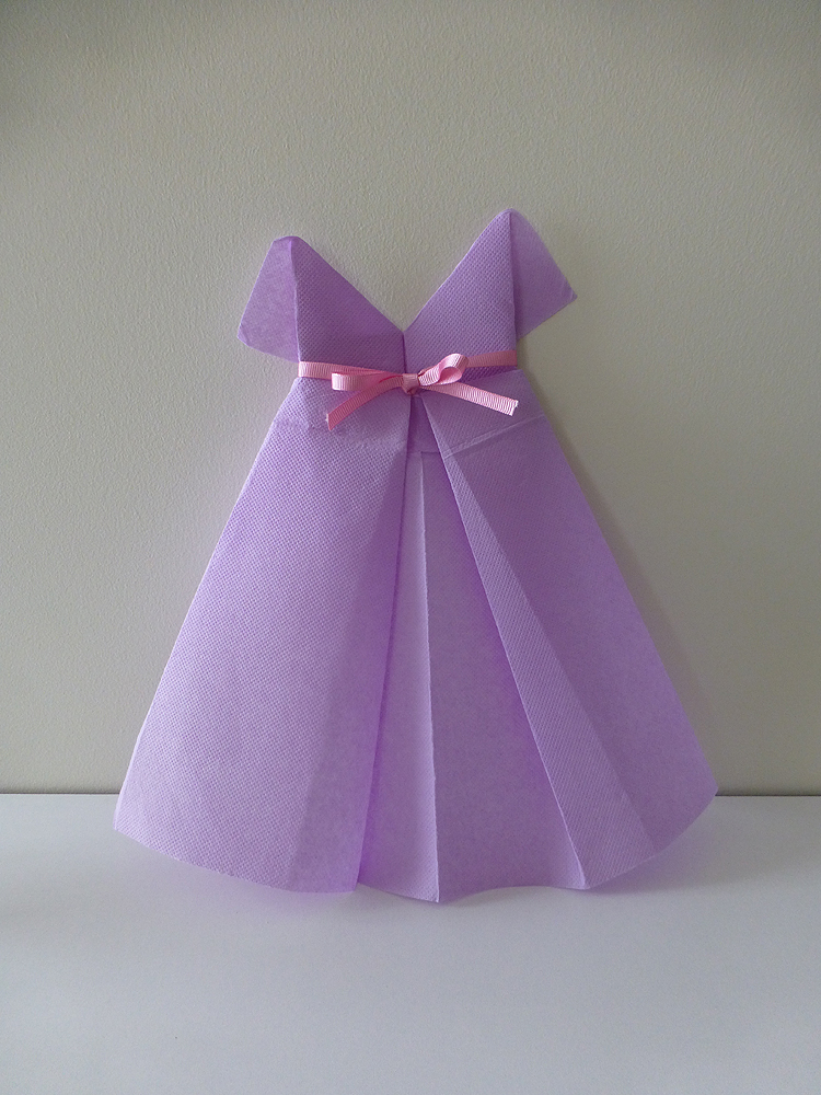 pliage de serviette en papier en forme de robe de soir e plier une serviette de table en papier. Black Bedroom Furniture Sets. Home Design Ideas