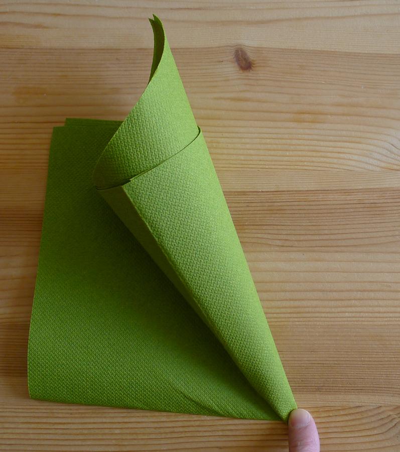 pliage de serviette de table en forme de chapeau de lutin de no l ou sapin de noel plier une. Black Bedroom Furniture Sets. Home Design Ideas