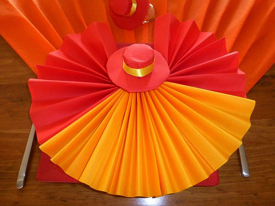 pliage de serviette de table en forme d 39 ventail avec son sombrero r aliser un ventail avec. Black Bedroom Furniture Sets. Home Design Ideas