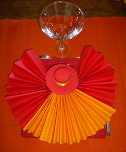 les pliages de serviettes eventails fleurs chapeaux pour. Black Bedroom Furniture Sets. Home Design Ideas