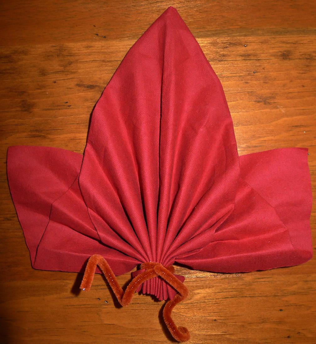 Pliage de serviette de table en forme de feuille d 39 rable - Pliage serviette de table papier ...
