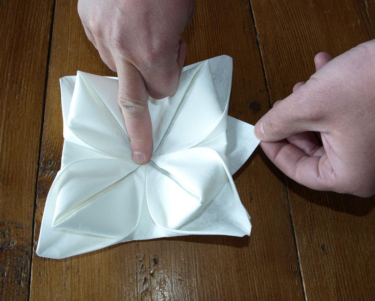 pliage de serviette de table en forme de lotus, réaliser lotus avec