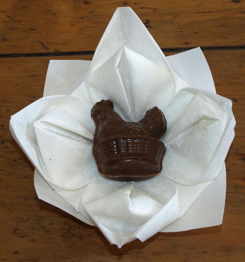 pliage de serviette de table en forme de lotus r aliser lotus avec une serviette en papier l. Black Bedroom Furniture Sets. Home Design Ideas