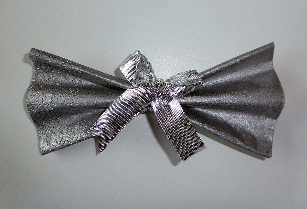 Pliage de serviette de table en forme de noeud papillon, réaliser un ...