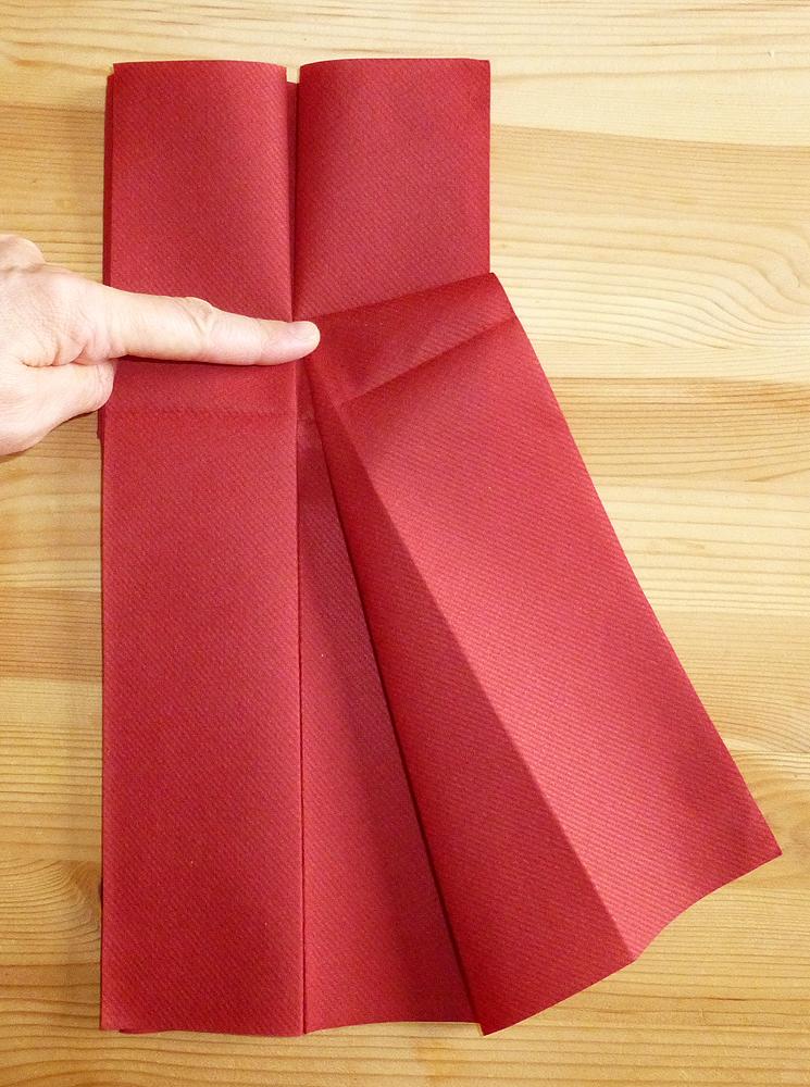 pliage de serviette en papier en forme de robe de soirée, plier