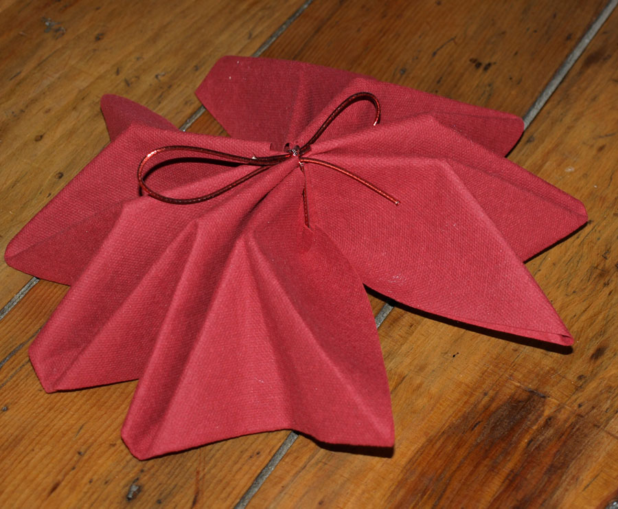 Pliage en papier r aliser un poinsettia avec une serviette en papier decoration de table de - Modele de pliage de serviette de table en papier ...