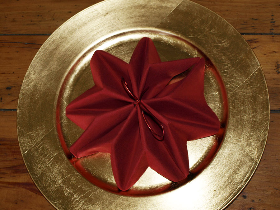 Pliage en papier r aliser un poinsettia avec une serviette en papier decoration de table de for Pliage serviette papier pour noel facile