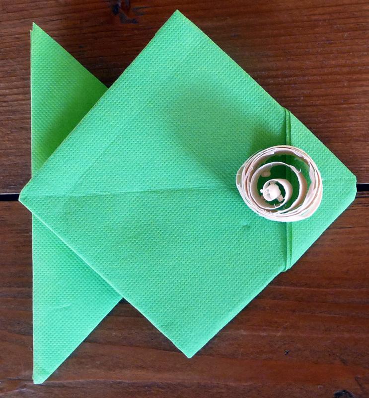 pliage de serviette de table en forme de poisson origami poisson serviette en poisson plier. Black Bedroom Furniture Sets. Home Design Ideas