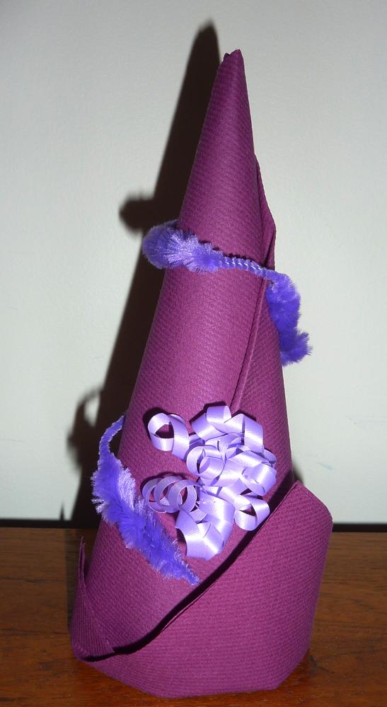 Pliage de serviette de table en forme de chapeau de lutin - Serviette en forme de sapin ...