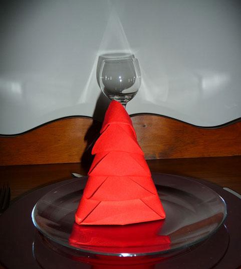 Pliage de serviette de table en forme de sapin de Noël, plier une