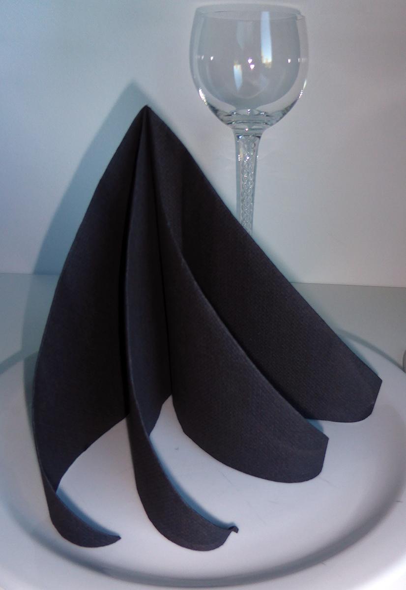 pliage de serviette de table en forme de spirale ou de sapin de noël