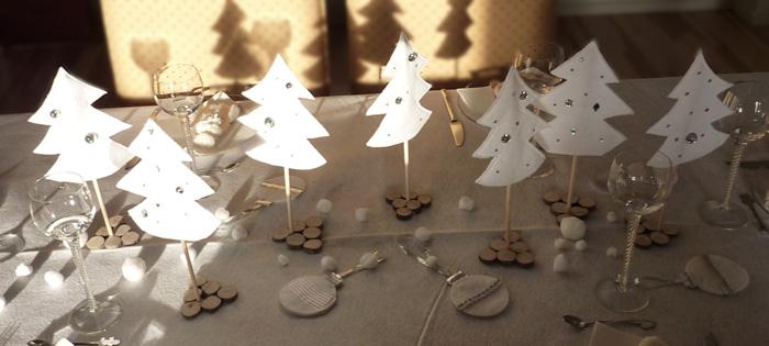 table de Noël forêt de sapins blancs en feutrine avec brillants sur ...