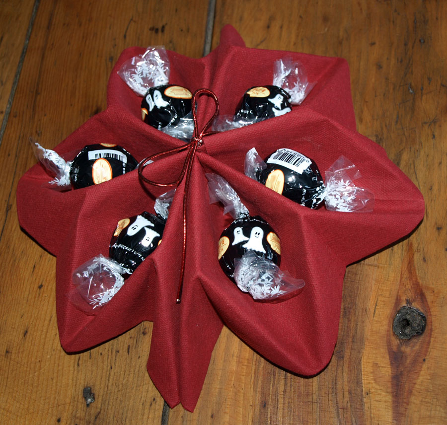 Pliage en papier r aliser un poinsettia avec une serviette en papier decoration de table de - Pliage serviette bonbon ...