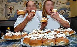 à pâtisserie ajouter la crème fouettée sur le sommet de la préparation. Remettre le chapeau sur chacun des petits pains et tamiser avec du sucre glace.
