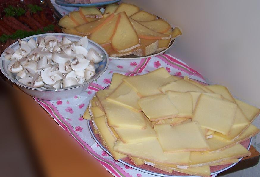 La fondue suisse et la raclette suisse suisse recettes gastronomie recettes de cuisine et - Coupe fromage a raclette ...