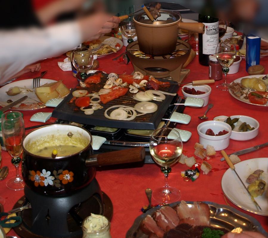 la fondue suisse et la raclette suisse suisse recettes gastronomie recettes de cuisine et. Black Bedroom Furniture Sets. Home Design Ideas